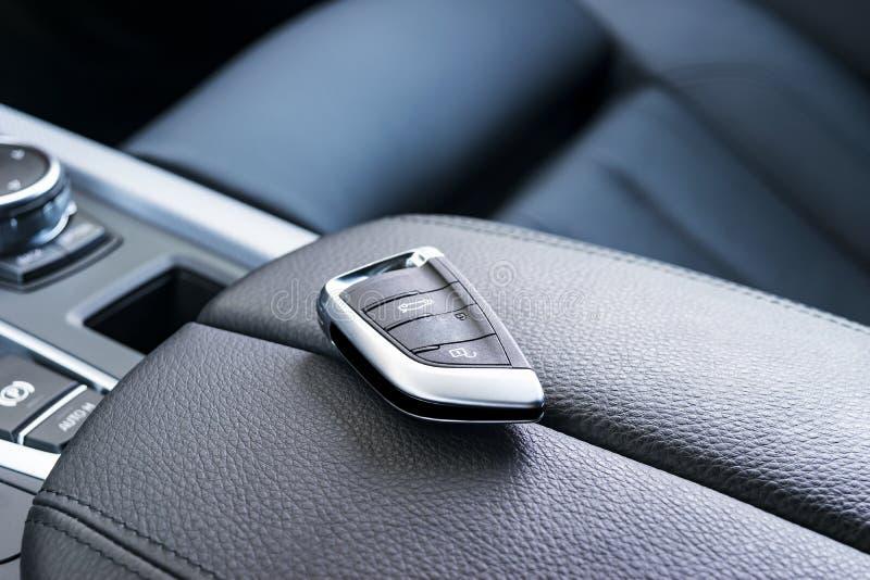 Zbliżenie wśrodku pojazdu radio klucza zapłon Zaczyna silnika klucz Samochodu kluczowy pilot w czarnym dziurkowatym rzemiennym wn fotografia stock