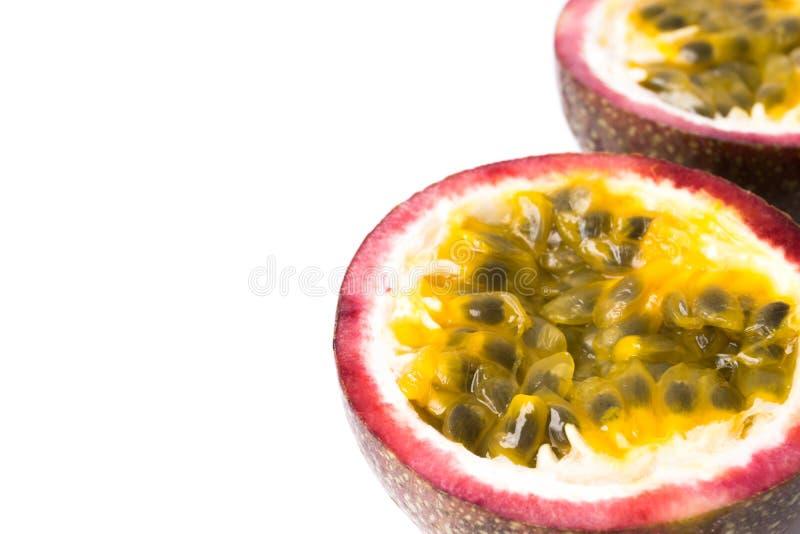 Zbliżenie w górę pasyjnej owoc z pokrojonym na białym tle, owoc obraz stock