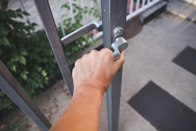 Zbliżenie wchodzić do domowej bramy plenerowego zbliżenie POV kobiety ręka obrazy stock