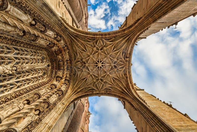 Zbliżenie widok średniowieczny katedralny ` s wejście od ziemi up obraz stock