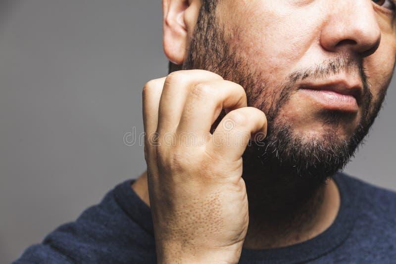 Zbliżenie widok mężczyzna chrobotliwa broda, rozważny gest obrazy stock