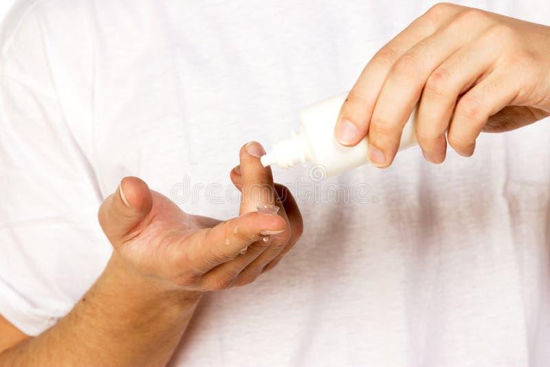 Zbliżenie widok mężczyzna cleaning korekcyjny szkła kontaktowe na fi zdjęcia royalty free