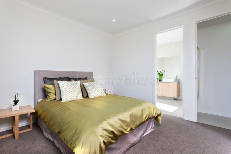 Zbliżenie widok nowożytny sypialni wnętrze z wejściem obraz royalty free