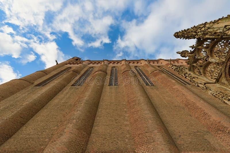 Zbliżenie widok od ziemi up średniowieczna katedra pod błękitnym s zdjęcie stock