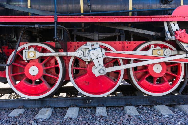 Zbliżenie widok parowej lokomotywy koła, przejażdżki, prącia, połączenia i zdjęcia stock