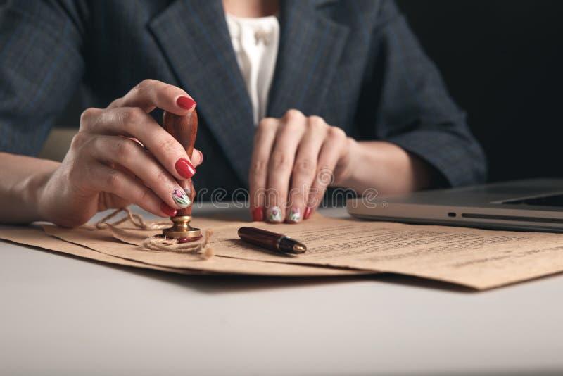 Zbliżenie widok pisze na dokumentach piórem kobieta adwokat obrazy stock
