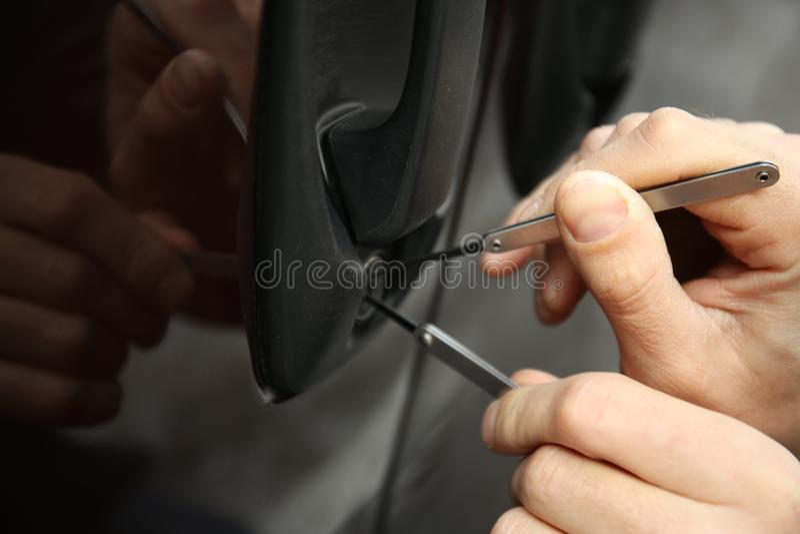Zbliżenie widok próbuje otwierać samochód carjacker obraz stock