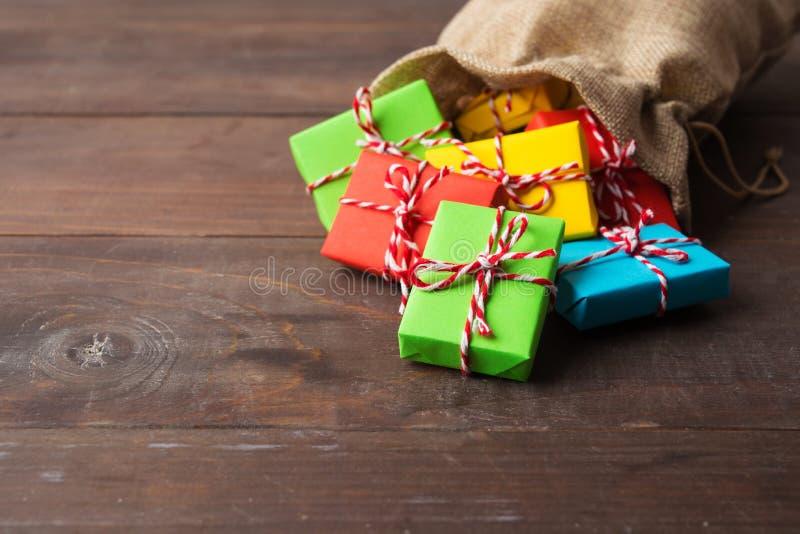 Zbliżenie widok rozrzuceni kolorowi prezenty od materialnej torby z obrazy stock