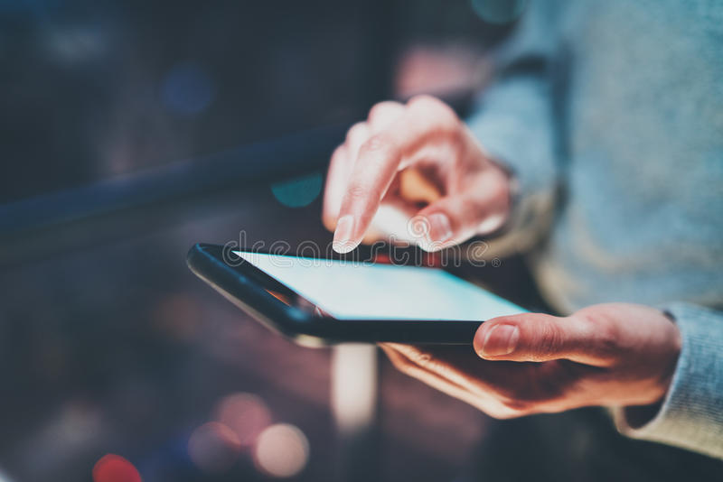 Zbliżenie widok smartphone mienie w żeńskich rękach Dziewczyna dotyka białego pustego ekran Horyzontalny, zamazany tło, fotografia stock
