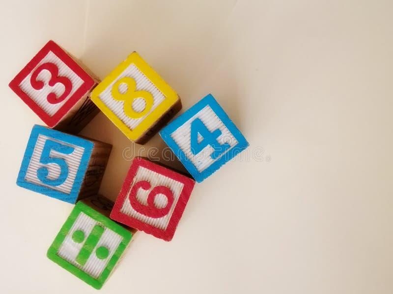 Zbliżenie widoku blokowe liczby w różnorodnych colours obraz royalty free