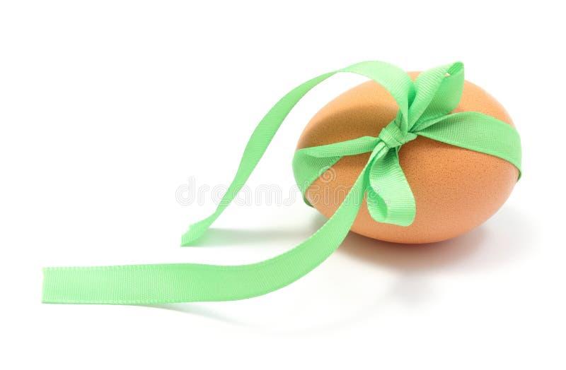Zbliżenie Wielkanocny jajko z zielonym faborkiem zdjęcia stock