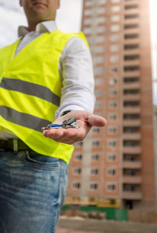 Zbliżenie wizerunek architekt na placu budowy mienia kluczach od ne obraz stock