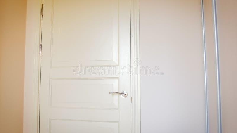 Zbliżenie wizerunek biały drewniany drzwi przy pokojem hotelowym obraz royalty free