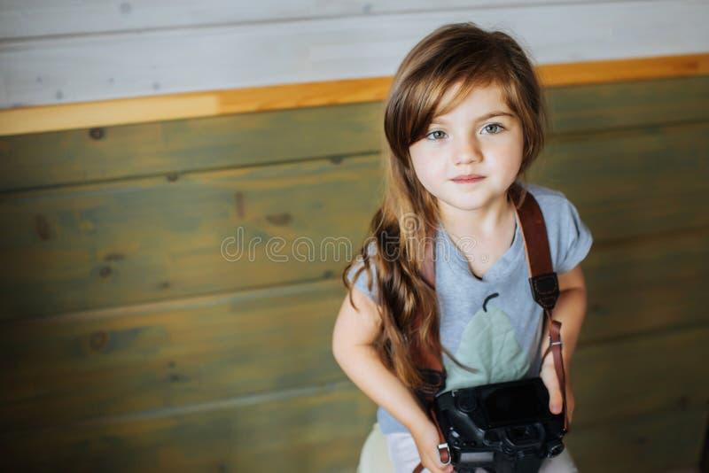 Zbliżenie wizerunek dziewczyna z photocamera troszkę zdjęcie stock