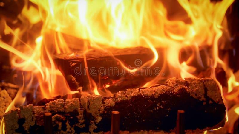 Zbliżenie wizerunek firepalce przy domem z paleniem notuje obraz royalty free