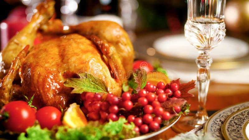 Zbliżenie wizerunek piec chciken z cranberries na dużym świątecznym naczyniu obrazy stock