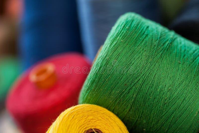 Zbliżenie wizerunek różnorodne colour nici obrazy stock