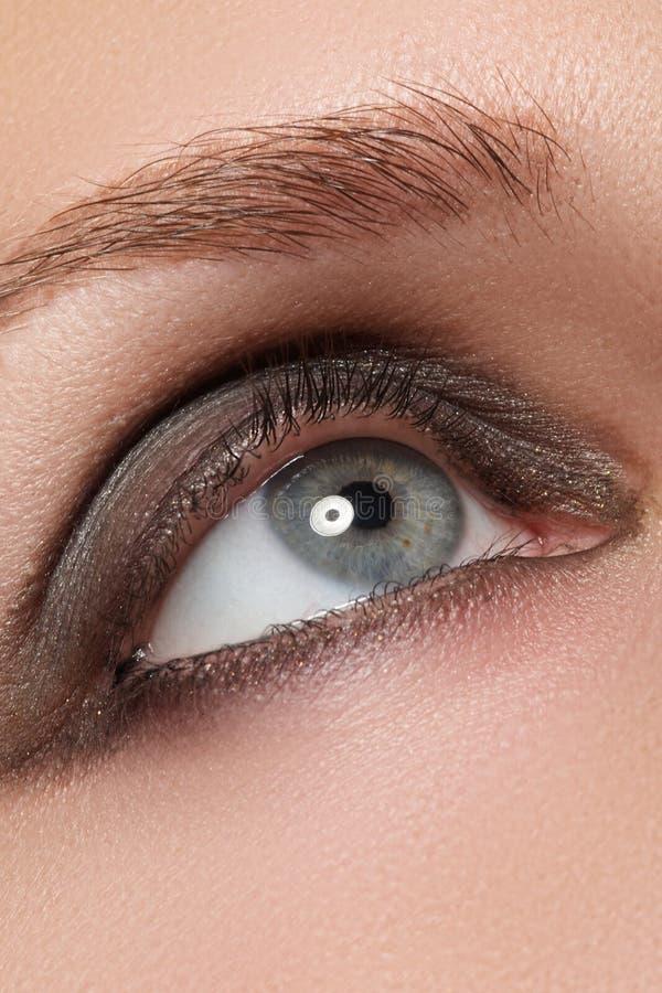 Zbliżenie wizerunek zamknięty kobiety oko z pięknym jaskrawym makeup, dymiący oczy zdjęcia royalty free