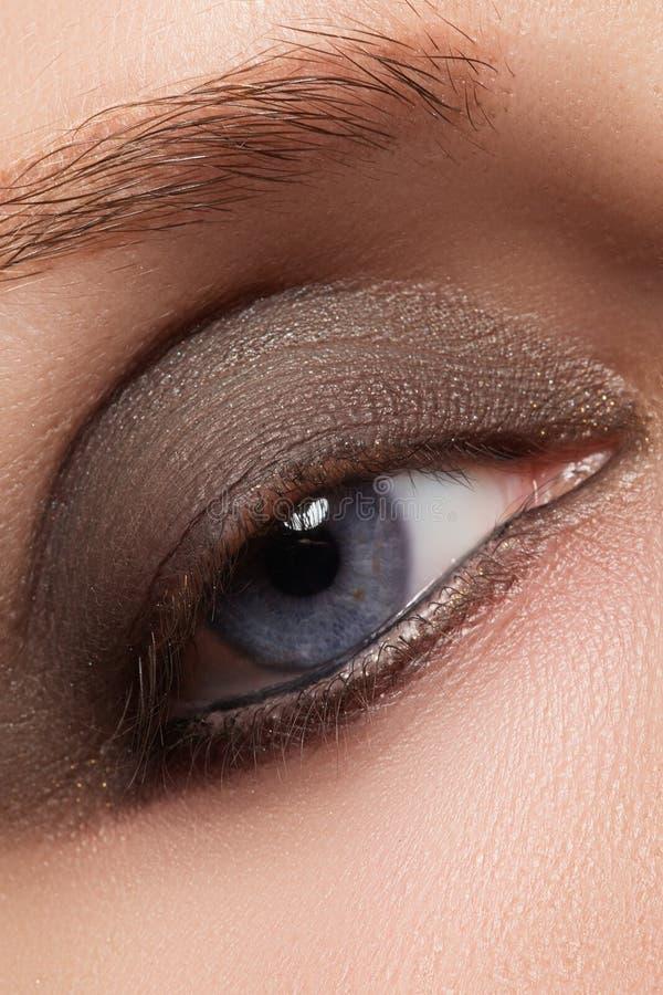 Zbliżenie wizerunek zamknięty kobiety oko z pięknym jaskrawym makeup, dymiący oczy zdjęcia stock