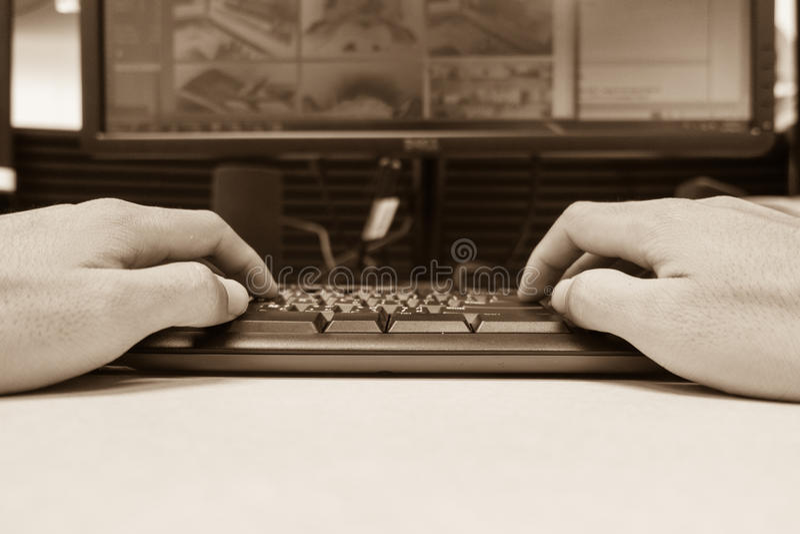 zbliżenie wręcza pisać na maszynie klawiaturę dla monitoru procesu w roślinie Indus fotografia royalty free