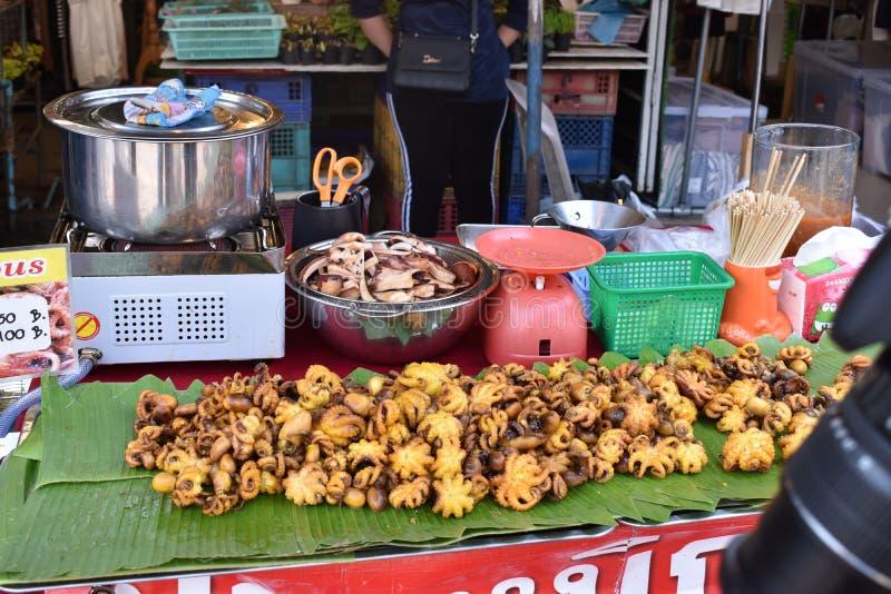 Zbliżenie wyśmienicie ośmiornica na lokalnym ulicznym jedzenie rynku chatuchak rynku w Tajlandia, Azja obraz royalty free