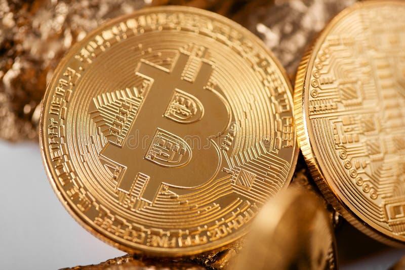 Zbliżenie złoty bitcoin jako główny cryptocurrency z złoto gomółkami zamazuje na tle obraz royalty free