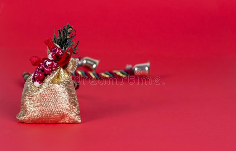 Zbliżenie złoty worek lub mała torba dla prezenta odizolowywającego na czerwonym tle zdjęcie stock