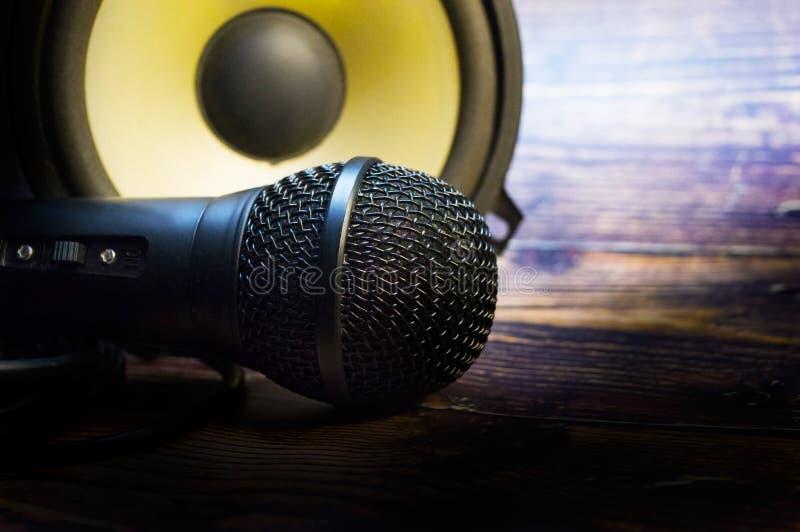 Zbliżenie z mikrofonem i mówcą na rocznika drewnianym stole fotografia royalty free