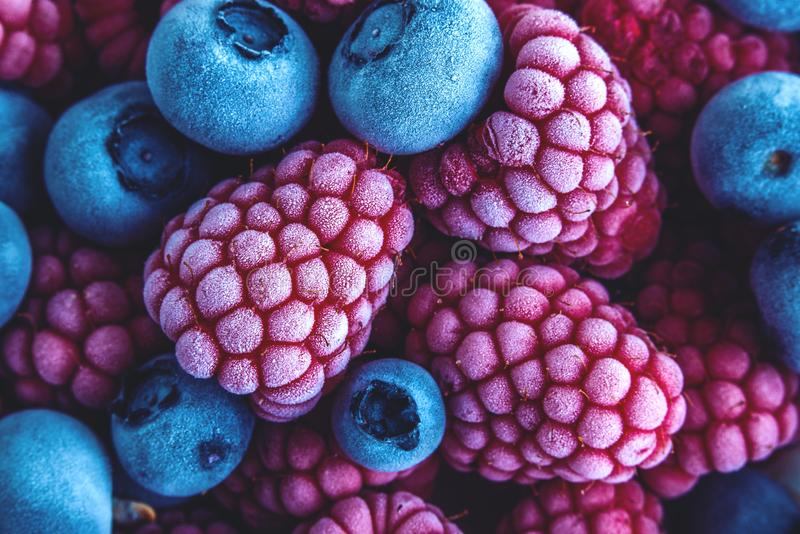 Zbliżenie Zamarznięte czarne jagody i malinki zdjęcia stock