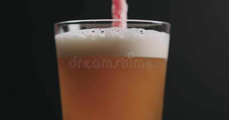 Zbliżenie zawijasa lekkiego ale piwo z bąblami nad czarnym tłem obrazy royalty free