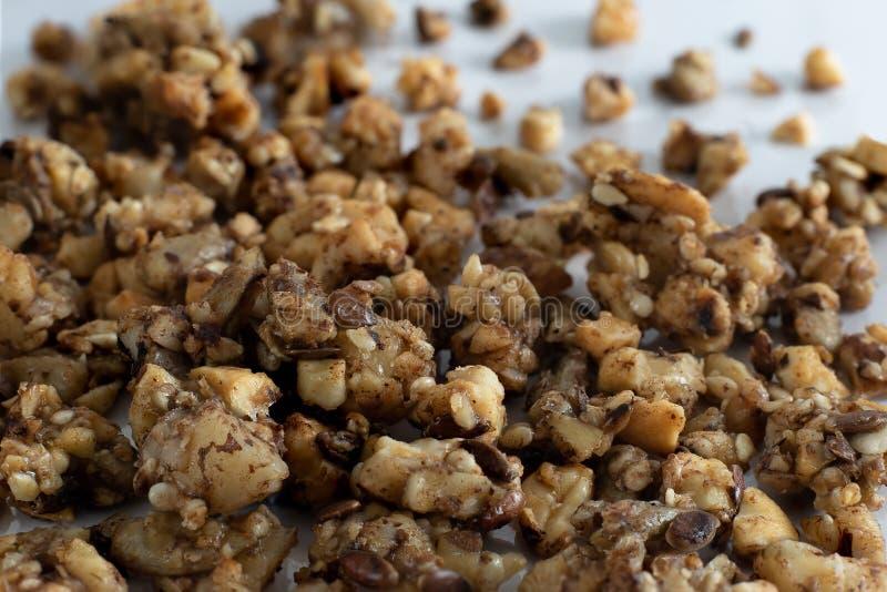 Zbliżenie zdrowy organicznie domowej roboty paleo, gluten bezpłatny i weganinu śniadaniowy granola z naturalnymi dokrętkami,  zdjęcie royalty free