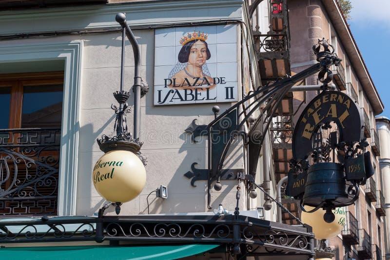 Zbliżenie znak uliczny Plac De Isabel II madryt Hiszpanii zdjęcie royalty free