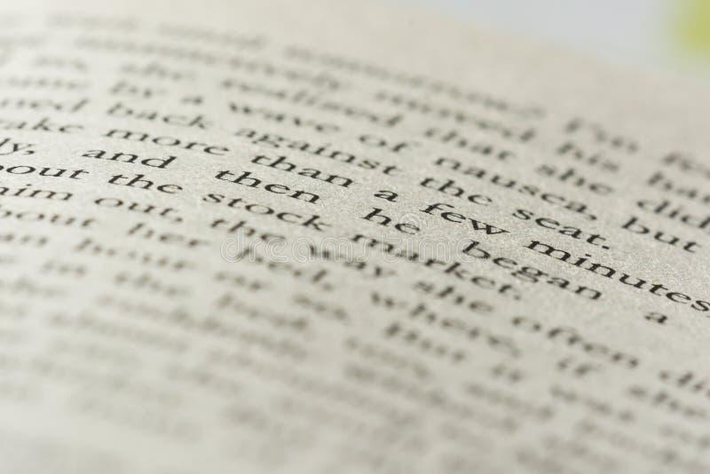 zbliżenie zwrot w Angielskiej książce z inny formułuje rozmytego fotografia stock