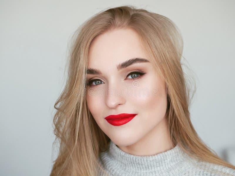 Zbli?enia naturalnego ?wiat?a pi?kna portret blondynki kobiety model z wibruj?cych nasz?ych czerwonych warg warg jaskrawym makeup fotografia stock