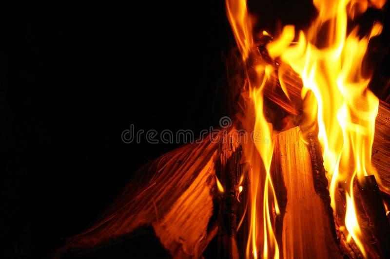Download Zbli?enie P?on?cy Drewno I Ogie? Zdjęcie Stock - Obraz złożonej z target20, płomienie: 41955406