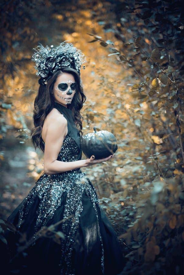Zbli?enie portret Calavera Catrina w czerni sukni Cukrowy czaszki makeup de muertos Dia Los dzie? nie ?yje halloween obraz stock