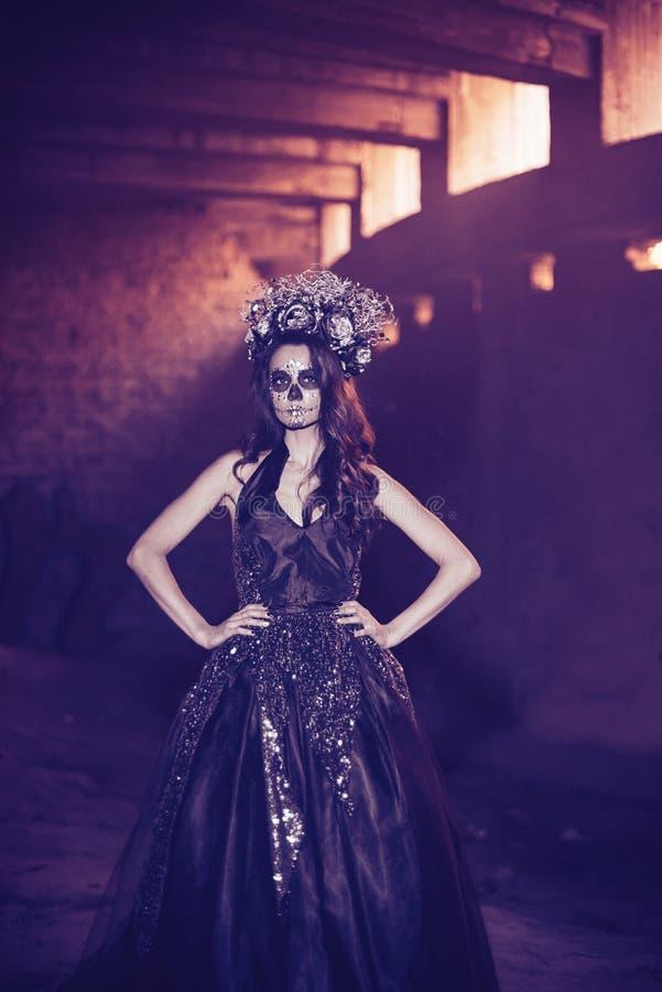 Zbli?enie portret Calavera Catrina w czerni sukni Cukrowy czaszki makeup de muertos Dia Los dzie? nie ?yje halloween zdjęcia royalty free