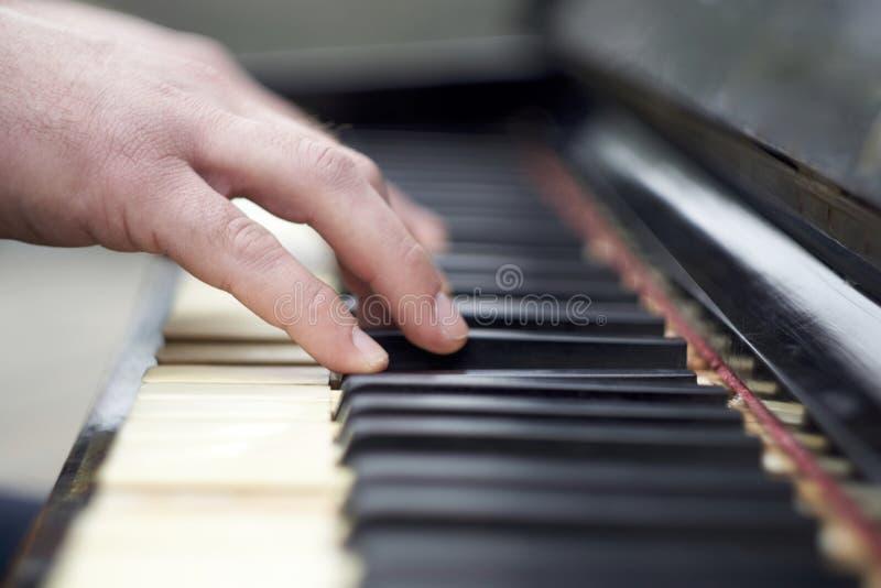 Zbli?enie r?ki bawi? si? pianino obraz royalty free