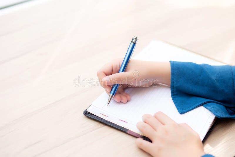 Zbli?enie r?ki kobiety pisarski my?l?cy pomys? i pisa? na notatniku lub dzienniczku z szcz??liwym fotografia stock