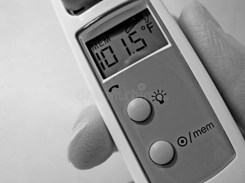 Zbliżenie ucha termometr