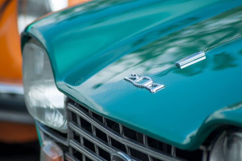 Zbli?enie zielony Peugeot 204 parkuj?cy w rocznik wystawy samochodach obraz stock