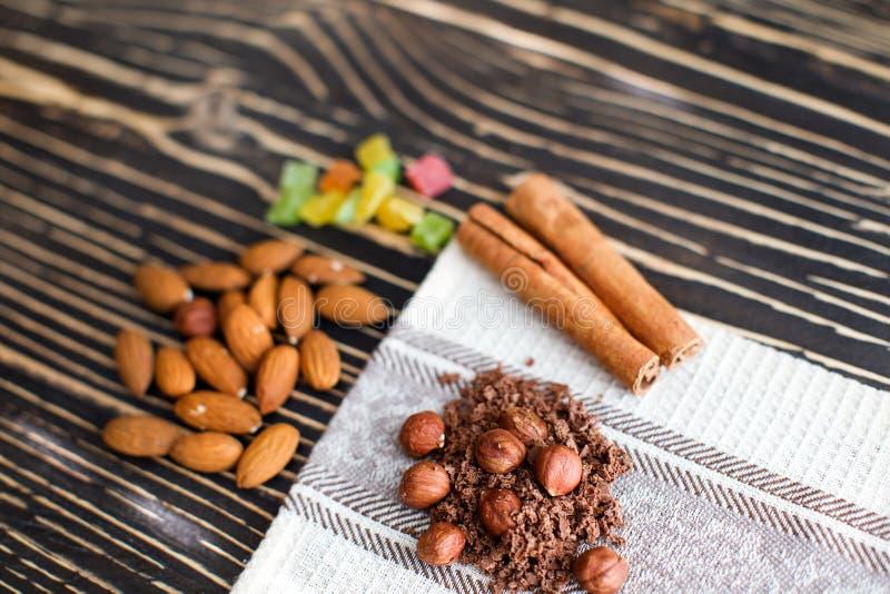 Zboża i czekoladowi układy scaleni kłamają na tekstura stole fotografia stock