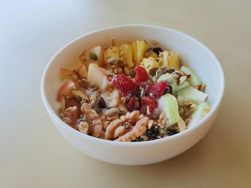 Zboże i owoc mieszający z jogurtem zdjęcie stock