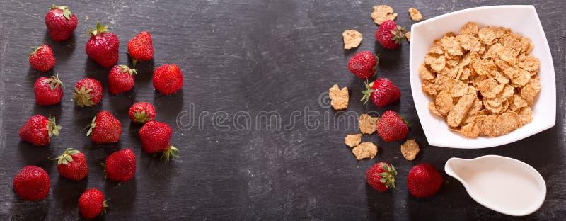 Zboże puchar z świeżymi truskawkami i mlekiem zdjęcie stock