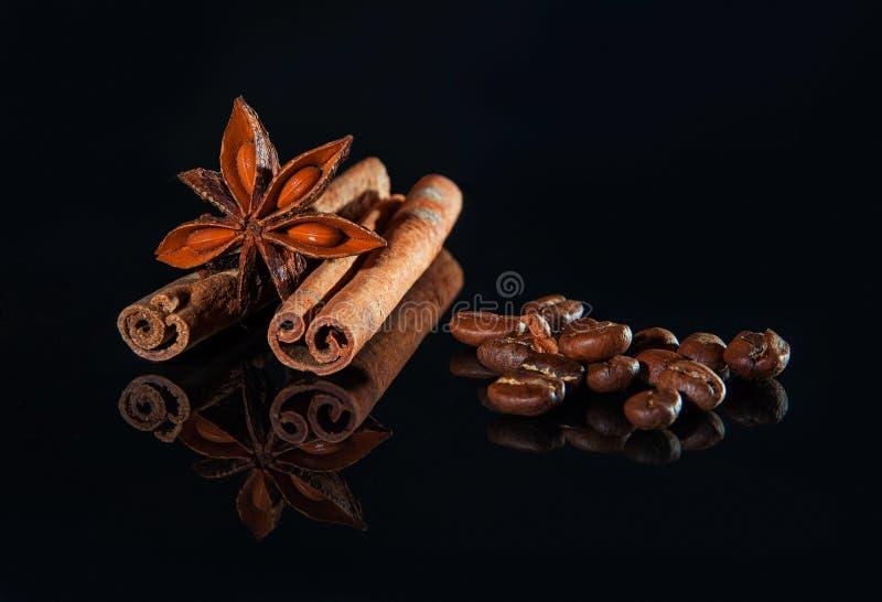 Zbożowa czarna kawa, cynamonowi kije i gwiazdowy anyż, zdjęcia stock