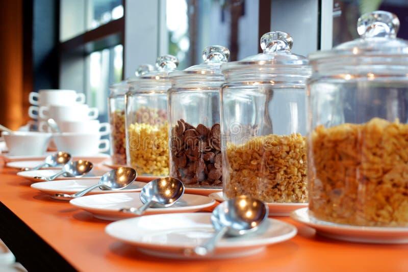 Zboży cornflakes w szklanym słoju na bufeta stole obrazy stock