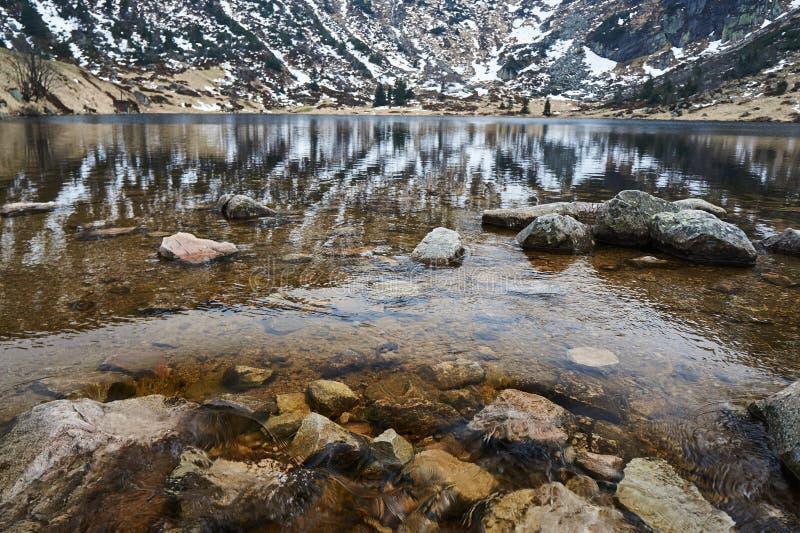 Zbocza w małym stawu w Górach Gigantycznych w zimie, obraz royalty free