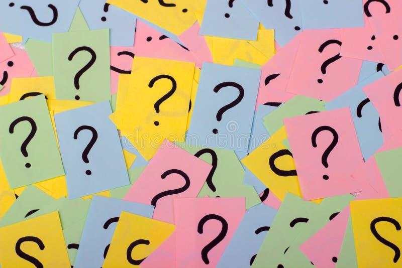 zbyt wiele pytań, Stos kolorowe papier notatki z znakami zapytania zbliżenie zdjęcie stock