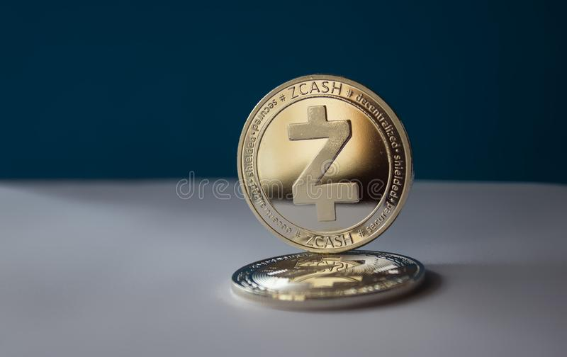 Zcash numérique de crypto devise sur un fond bleu images libres de droits