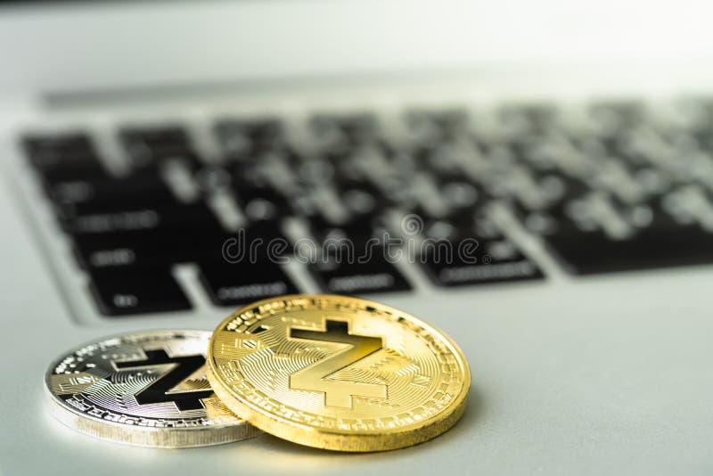 Zcash ZEC moneta na notatniku obrazy royalty free
